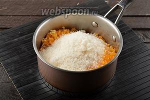 Переложить массу вместе с сахаром (500 г) в толстостенную кастрюлю.