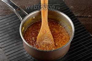 Довести до кипения и готовить, помешивая, на низком огне 35 минут. В конце добавить мускатный орех (0,5 ч. л.), лимонную кислоту (2 щепотки) и готовить ещё 5 минут.