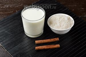 Для работы нам понадобится жирное домашнее молоко, сахар, корица в палочках.