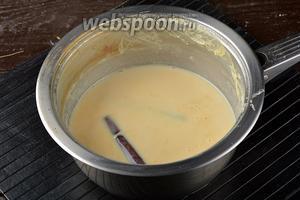Довести до кипения. Убавить огонь и на среднем нагреве уварить молоко вдвое.