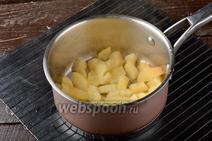 Припустить яблоки под крышкой 5-7 минут до мягкости.