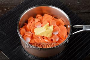 Морковь (500 г) очистить. Нарезать морковь тонкими кружками или даже можно натереть её на тёрке. Выложить морковь в кастрюлю, добавить молоко (1 стакан), 1 щепотку соли, сливочное масло (80 г). Довести до кипения, а затем готовить под крышкой, на среднем огне до готовности моркови (приблизительно 20-30 минут). Время готовки будет зависеть от того, насколько мелко вы нарезали морковь.