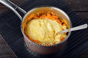 Вмешать творожную массу в остывшую морковную массу.