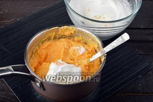 2 белка взбить в стойкую пышную пену и аккуратно, порциями, с помощью кулинарной лопатки или ложки вмешать их в творожно-морковную массу.