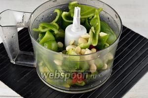 Сложить подготовленные перцы и чеснок в кухонный комбайн (насадка металлический нож).
