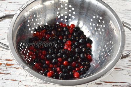 Смородину перебрать, удалив испорченные и повреждённые ягоды, листья и плодоножки. Промыть под проточной водой.