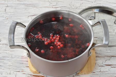 В кипяток опустить подготовленные ягоды.