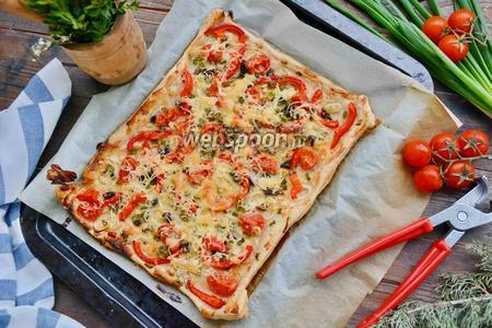 Пицца с болгарским перцем, луком и помидорами черри