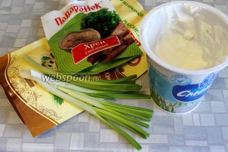 Пока рыба маринуется, можно приготовить соус из сметаны, майонеза, готового хрена и мелко нарезанного лука.
