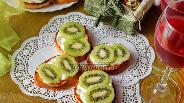 Фото рецепта Бутерброды с киви и чесноком