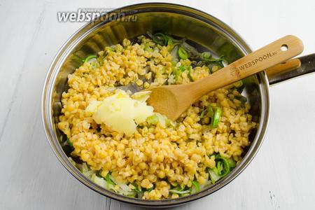 К жареному луку высыпать подготовленный горох. Перемешать. Добавить 1 ст. л. топлёного масла. Ещё раз перемешать и жарить в течение 5-10 минут, помешивая.