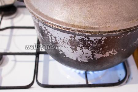 Когда закипит, убавляем огонь, досоливаем по вкусу и готовим 25 минут под крышкой, до готовности картофеля.