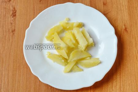 Картофель нарезаем ломтиками. У меня он был предварительно отварен.