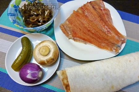 Для шаурмы возьмём лаваш, свежую горбушу, маринованную морскую капусту, лук, свежие шампиньоны, маринованный огурчик, майонез, соль, перец.