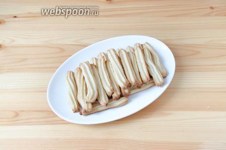 Выпекаем печенье при температуре 200°С в течение 10-12 минут. Чем дольше оно в духовке, тем более хрустящим получается.