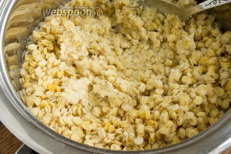 Чечевицу нужно промыть, залить водой так, чтобы чечевица была полностью покрыта. Посолить и варить 15 минут с момента закипания.