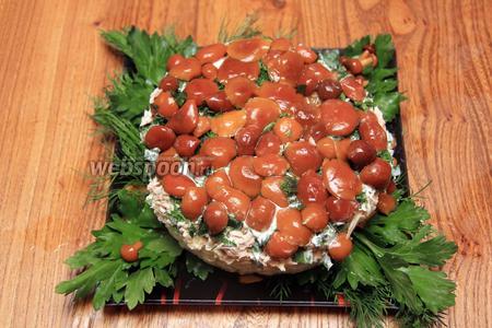 Затем отправляем салат в морозилку на 30 минут. Выкладываем салат на блюдо, для этого необходимо перевернуть форму вверх дном. Салат готов. Приятного аппетита!