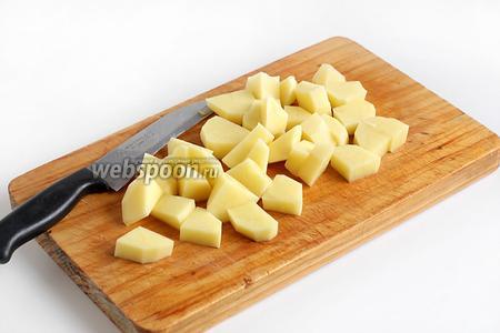 Картофель нарезать произвольно. Обычно в большой казан картофель кладут целиком или режут пополам. Вообще, в шурпу всё нарезается очень крупно, так как суп варится долго. У меня домашний вариант, рассчитанный на 2-3 порции, поэтому я всё нарезала помельче.