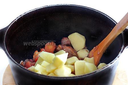 Добавить картофель, ещё посолить, перемешать.
