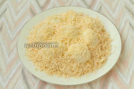 На мелкой тёрке натереть твёрдый сыр и тщательно посыпать салат сверху. Салату дать немного пропитаться и подавать к столу. Салат «снежный сугроб» готов к подаче. Приятного аппетита!