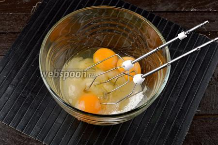 В большой миске соединить 3 яйца и сахар (140 г).
