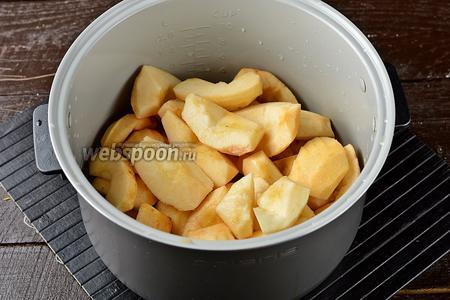 Яблоки (1 кг) вымыть, очистить от кожуры, удалить сердцевину. Разрезать каждое яблоко на 6-8 долек. Поместить подготовленные яблоки, вместе с водой, в чашу мультиварки (у меня мультиварка Polaris).