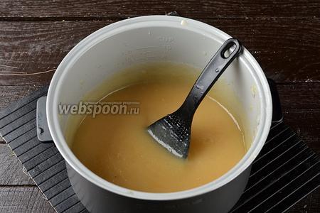 Переложить яблочное пюре обратно в чашу мультиварки, довести до кипения (режим «Тушение») и готовить ещё 5 минут. В это время следует мешать пюре, так как оно будет усиленно булькать.