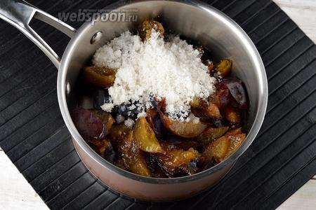 Сливы (500 г) помыть, удалить косточки. Каждую сливу разрезать на 6 кусочков. Поместить подготовленные сливы, воду (30 мл) и 50 г сахара в кастрюлю. Довести до кипения и готовить 30 минут.