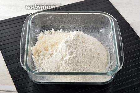 Тем временем просеять муку (150 г). Соединить муку с солью (1 ч. л.) и сахаром (15 г). Перемешать.