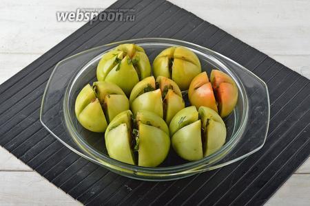Нафаршировать помидоры этой смесью, щедро смазывая срезы. Накрыть форму фольгой и запекать в предварительно разогретой до 180°С духовке 45 минут.