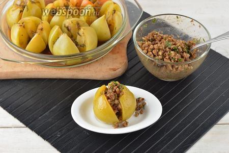 Горячие помидоры наполнить образованной смесью и сразу же подавать. Такие помидоры вкусны именно в горячем виде.