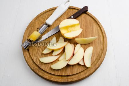 Яблоки (1000 г) вымыть, обсушить. Удалить из плодов сердцевину. Нарезать мякоть тонкими дольками.