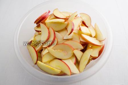 Выложить подготовленные яблочные дольки в глубокую посуду.
