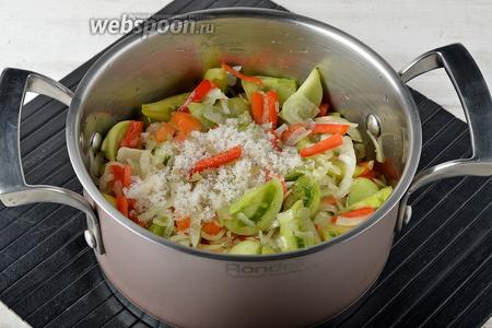 Образовавшийся сок слить, а овощи переложить в кастрюлю. Добавить к овощам очищенный и пропущенный через чесночницу чеснок (1 зубчик), чёрный молотый перец (0,2 ч. л.), сахар (2 ст. л.), подсолнечное масло (100 мл), покрошенный лавровый лист.