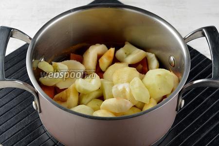 Добавить очищенные и нарезанные кусочками яблоки (500 г).
