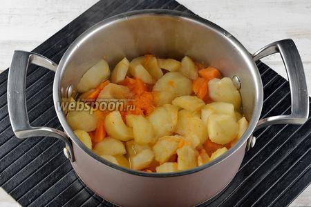 Готовить под крышкой до готовности яблок и тыквы (приблизительно 10-12 минут).