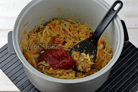 Добавить томатную пасту (2 ст. л.), мелко нарезанный чеснок (2 зубчика) и перемешать. Готовить 2-3 минуты.