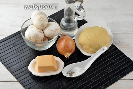 Для работы нам понадобится тесто для равиоли, а также шампиньоны, сыр твёрдых сортов, подсолнечное масло, лук, соль, чёрный молотый перец.