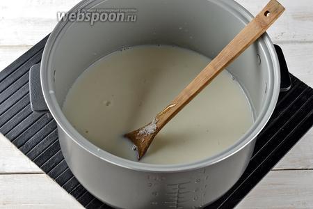 В чашу мультиварки (у меня мультиварка Polaris) поместить 1 литр молока, 2 столовых ложки мёда (можно заменить патокой), 250 г сахара и соду (1 ч. л.). Включить мультиварку на программу «Тушение» (крышка мультиварки должна быть открыта во время работы).