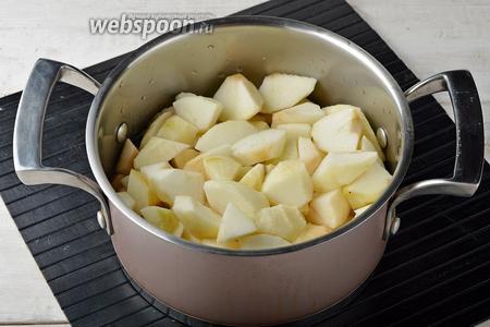 Яблоки очистить от кожуры, удалить сердцевину. Нарезать яблоки (300 г) небольшими кусочками и отправить в кастрюлю вместе с водой (100 мл). Довести под крышкой до кипения и готовить до мягкости яблок (приблизительно 7 минут).