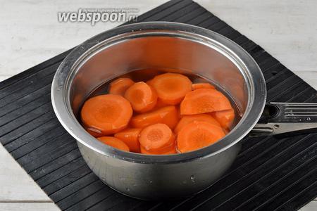 1 морковь очистить, нарезать небольшими кусочками и выложить в кастрюлю вместе с водой (150 мл). Довести до кипения и готовить на небольшом огне под крышкой почти до готовности (в зависимости от сорта и зрелости моркови время будет колебаться от 25 до 35 минут).