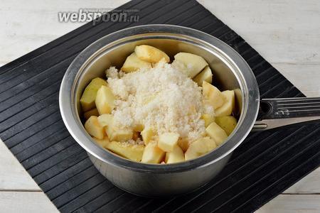 Выложить в приваренную морковь очищенные и нарезанные небольшими кусочками яблоки (450 г), сахар (120 г).