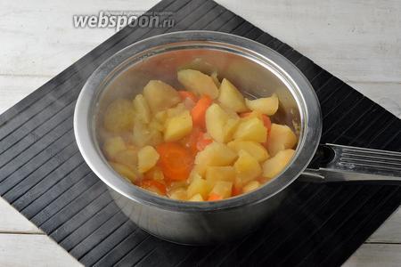 Довести до кипения и готовить под крышкой ещё 7-8 минут (до готовности яблок). Яблоки должны распариться и стать мягкими. При необходимости — долить горячей кипячёной воды.