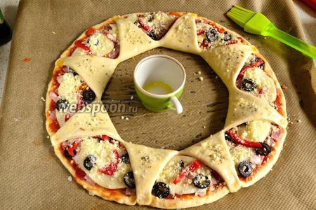 Треугольные сектора вывернуть на начинку и защепить за края. Смазать тесто оливковым маслом (1 ст. л.), присыпать немного сушёным орегано и совсем немного пармезаном. Выпекать в разогретой духовке 15-17 минут при 220°С.