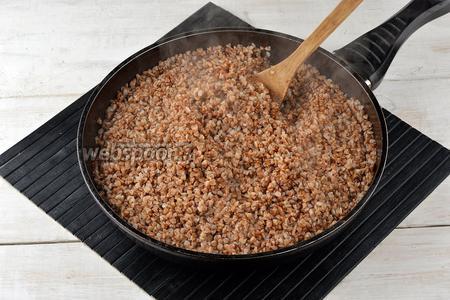 Добавить 750 мл кипятка, соль (1,5 ч. л.) и приготовить гречневую кашу почти до готовности.