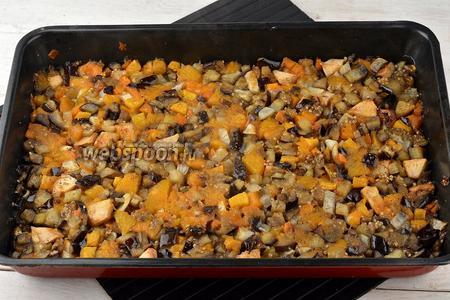 Запекать все овощи ещё 15-17 минут.