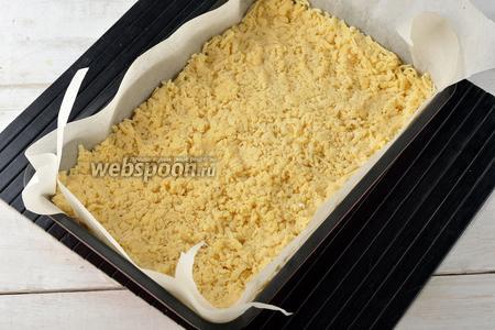 Перед приготовлением белкового слоя обязательно надо подготовить основу. Для этого форму размером 20х30 сантиметров выложить кулинарной бумагой. На дно натереть большую часть замороженного теста (натираем на тёрке с крупными отверстиями). Немного прижать ко дну. Подпечь в предварительно разогретой до 180°С духовке 15-18 минут.