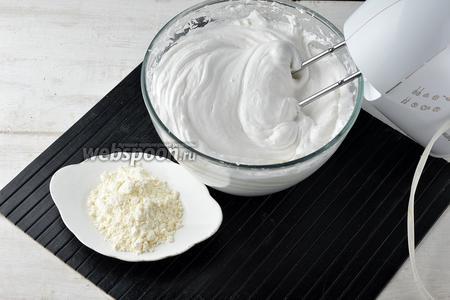 Белки (4 штуки) взбить в пышную, стойкую пену. Порциями добавлять сахар (1 стакан), постоянно взбивая. Переключить миксер на низкие обороты и порциями добавлять пудинг (80 г), пока он весь не вмешается в пену.
