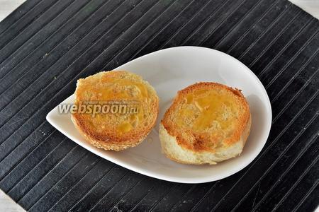Подрумяненые булочки смазать на срезе мёдом (1 ст. л.).
