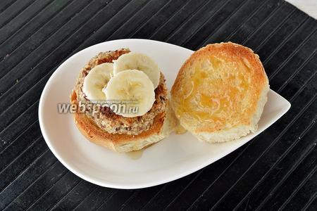 На 1 часть булочки положить овсяно-кокосовую «котлету». Сверху положить кружочки банана. Накрыть второй частью булочки.
